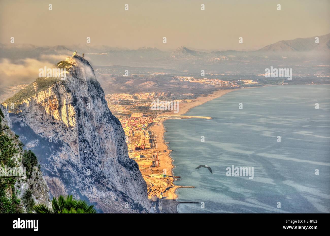 Felsen von Gibraltar im Nebel. Ein britisches Überseegebiet Stockbild