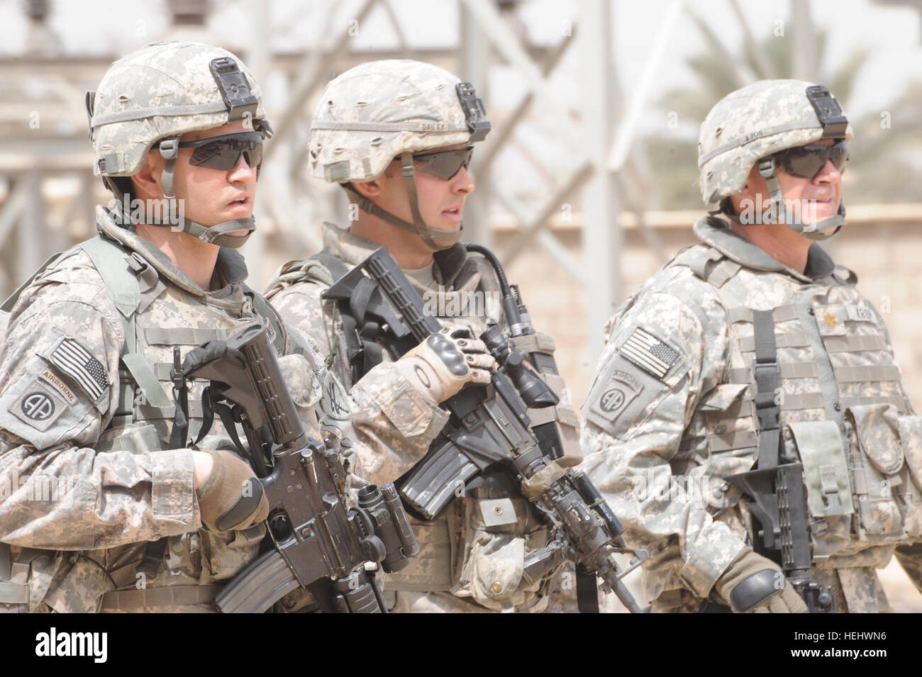 US Army Major Gregory Robinson (links) 401. Civil Affairs Bataillon, 1. Lt. Dell Dailey 3. Brigade, 82. US-Luftlandedivision Stockbild