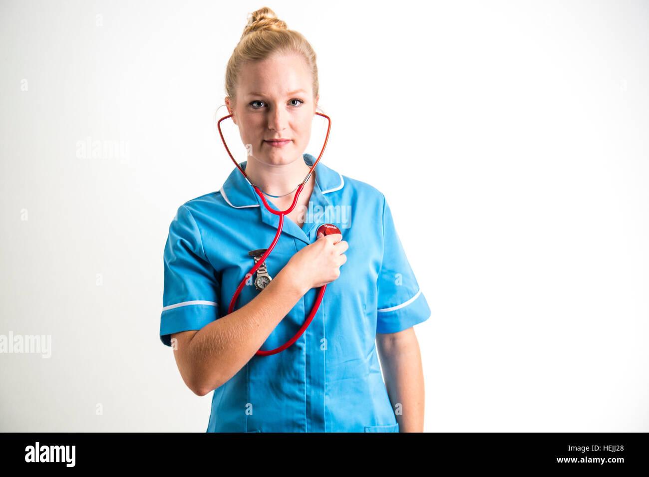 UK Health Care Professionals: A National Health Service (NHS) Frau Krankenschwester ihren eigenen Herzschlag mit Stockbild