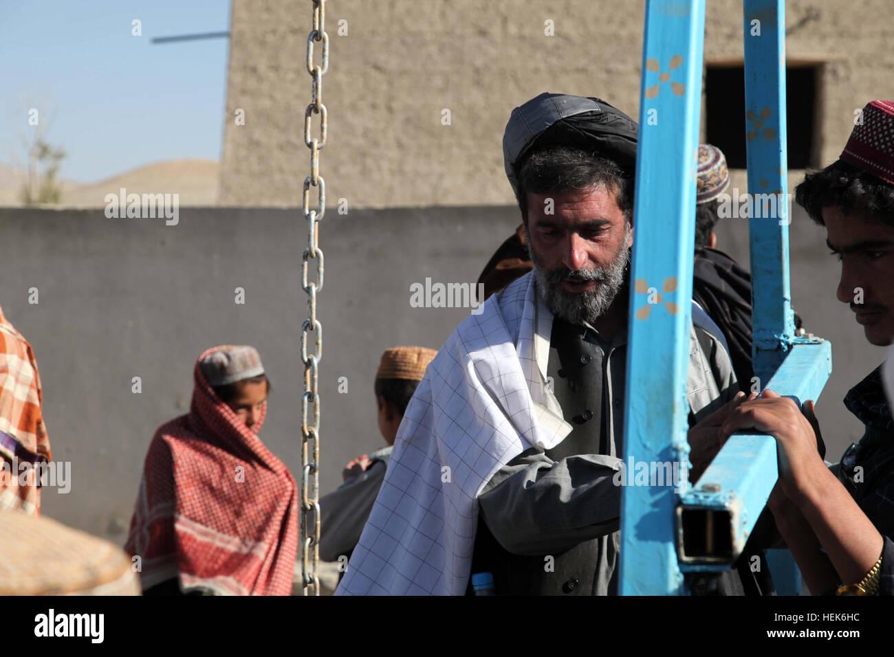 Farooq Hamyoon inmitten der Sub-Gouverneur von Kherwar Bezirk, Logar ...
