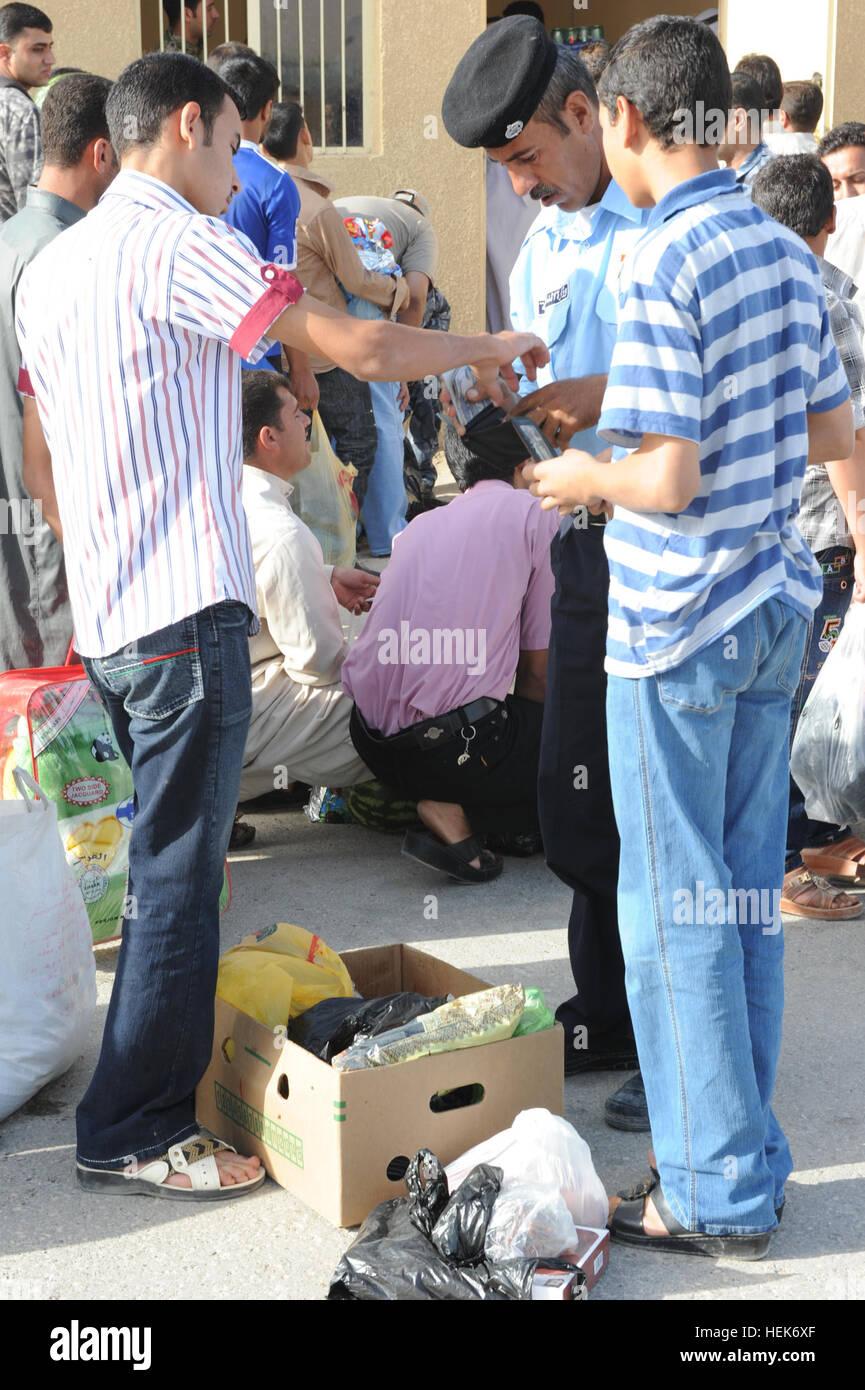 sim karte in anderes handy Irakische Polizisten durchsuchen irakische Zivilisten Geldbörsen