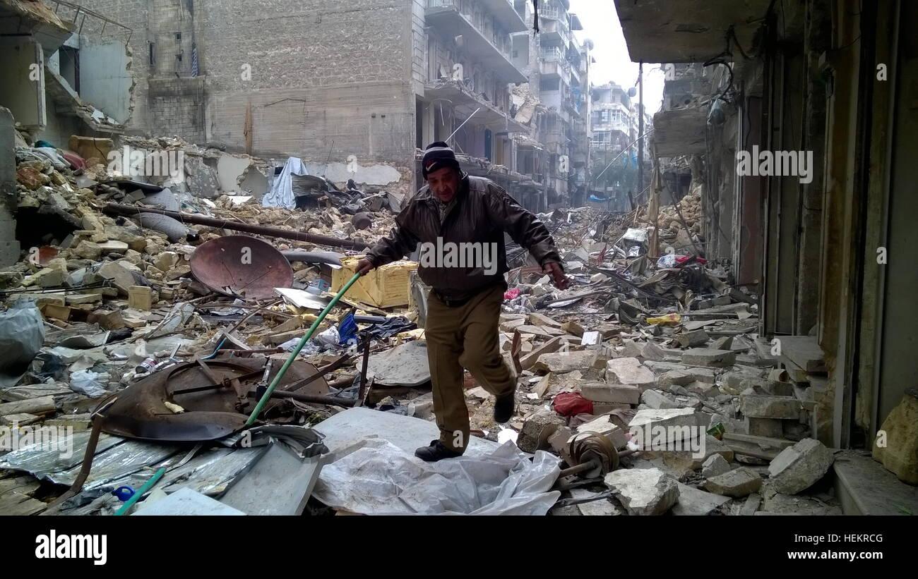 Aleppo, Syrien. 23. Dezember 2016. Ein Zivilist in der Nähe von Karm al-Miasar im östlichen Teil von Aleppo. Stockbild