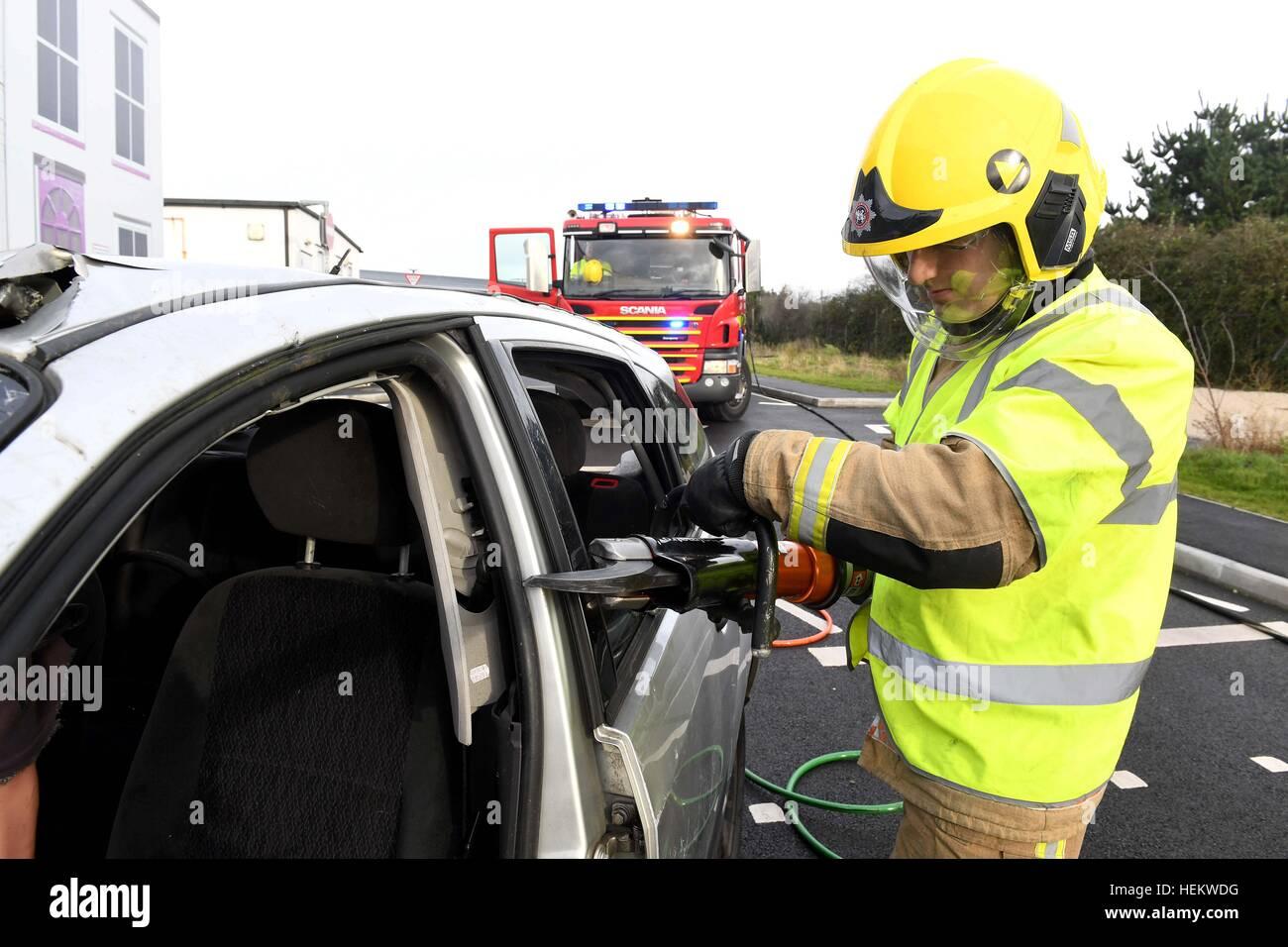 Feuerwehrmann, schneiden Sie das Dach eines Autos bei der Szene ...