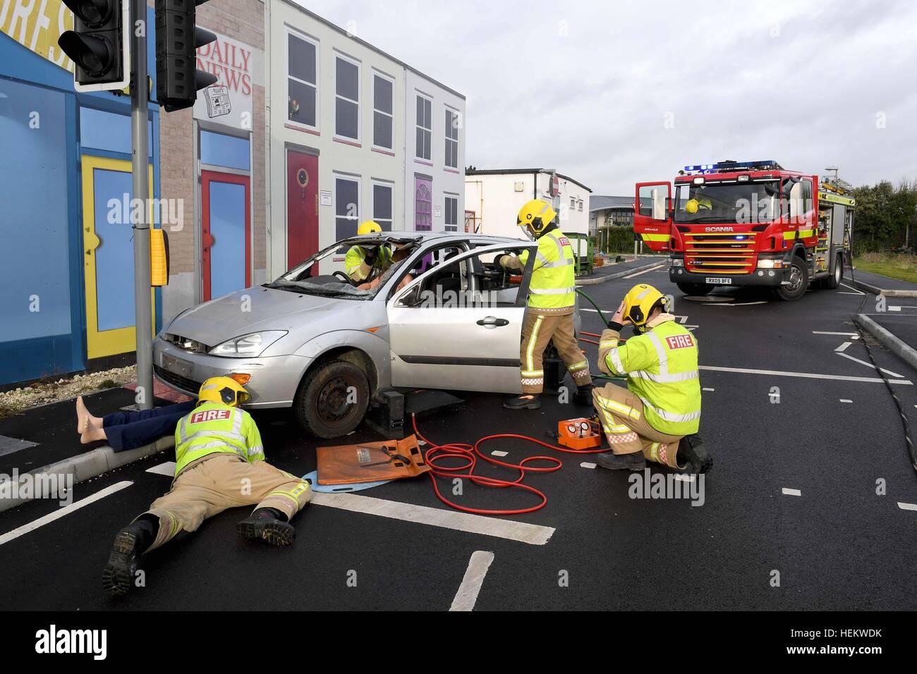 Feuerwehrleute arbeiten bei der Szene einer Unfall-Demonstration, UK ...