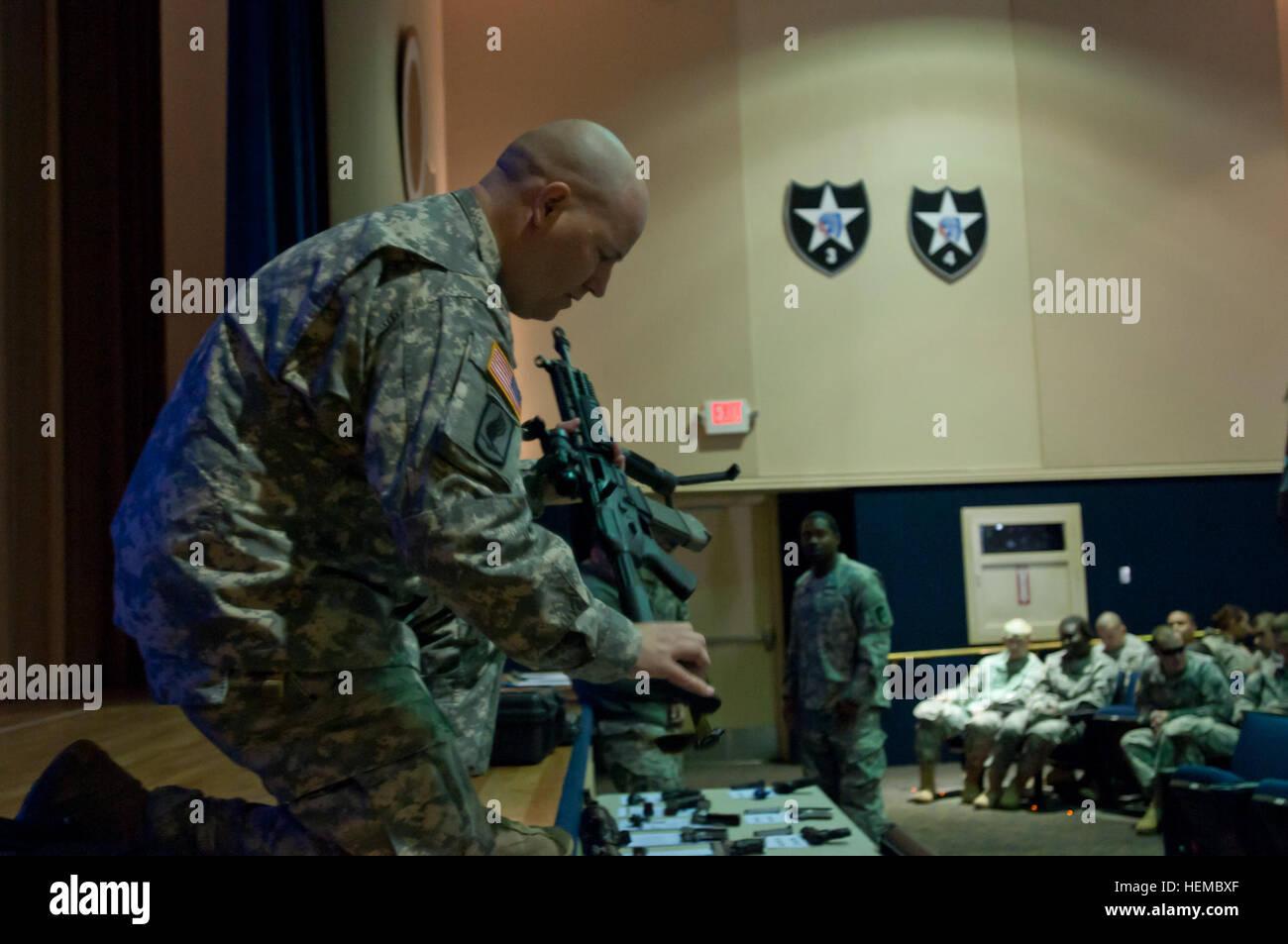 Master Sgt. Randy L. Scott, 62. medizinische Brigade zeigt Schusswaffen beim Sicherheitstag am Carey Theater, Joint Stockbild