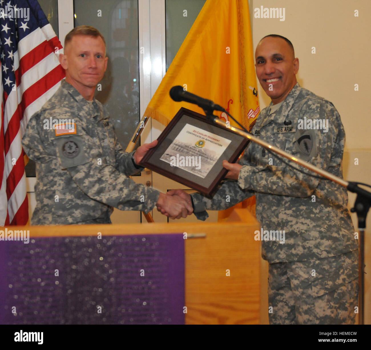 US Army Colonel Douglas A. Sims, links, der Kommandeur der 2 ...