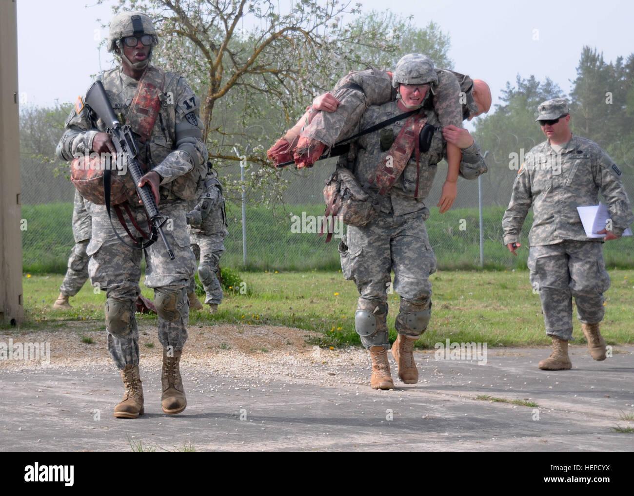 Beste Krieger Kandidaten bewegen einen simulierten Unfall in einen ...
