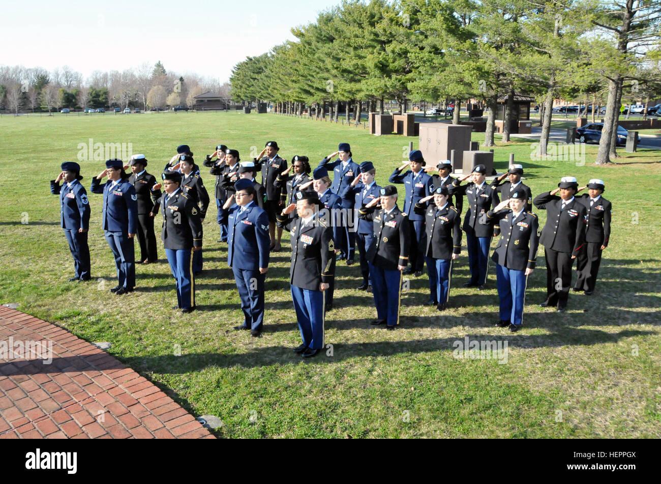 Eine Formation von Frauen aus Heer, Luftwaffe und Marine Salute den ...