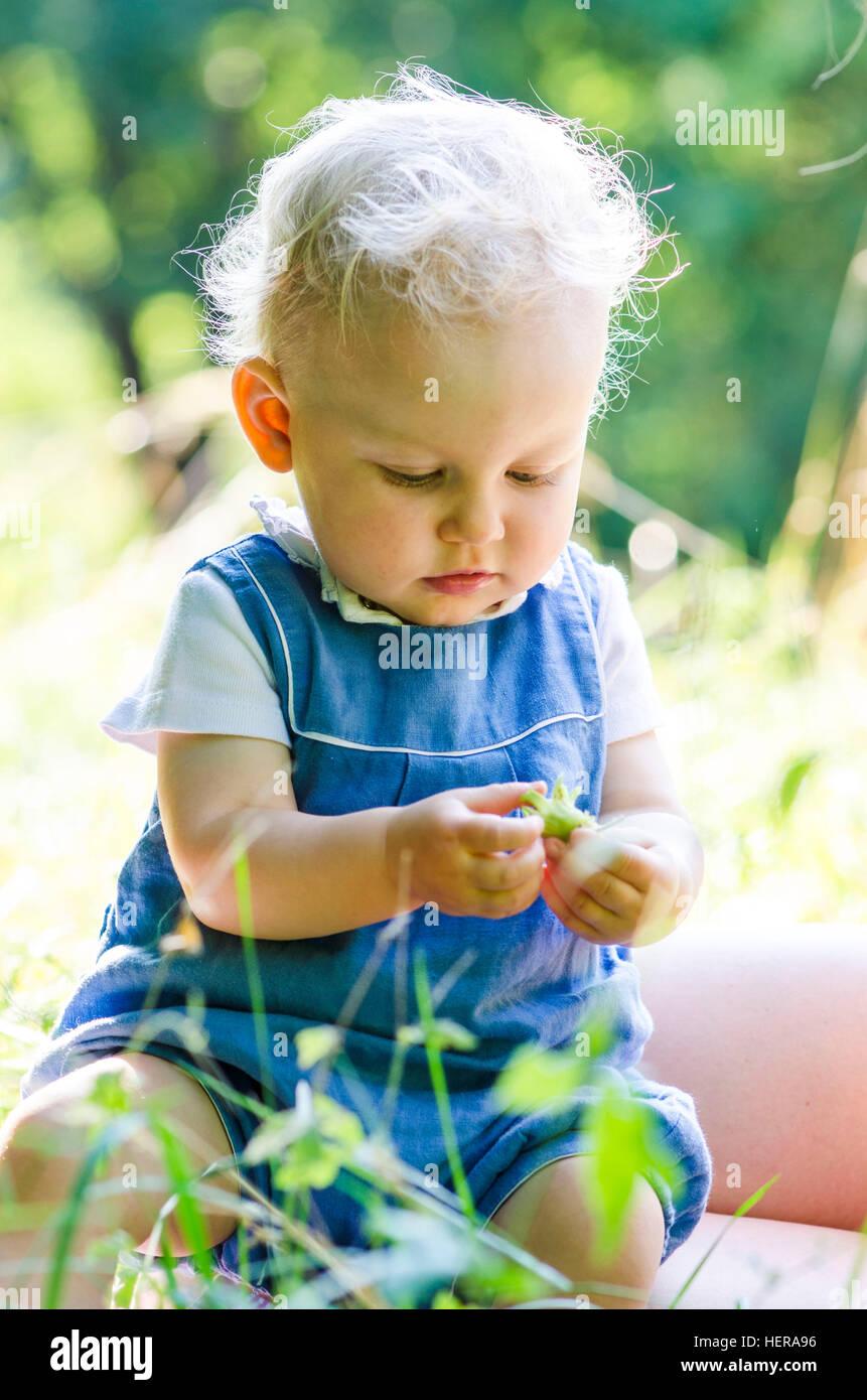 Baby Spielt Im Gras, Sommer Stockbild