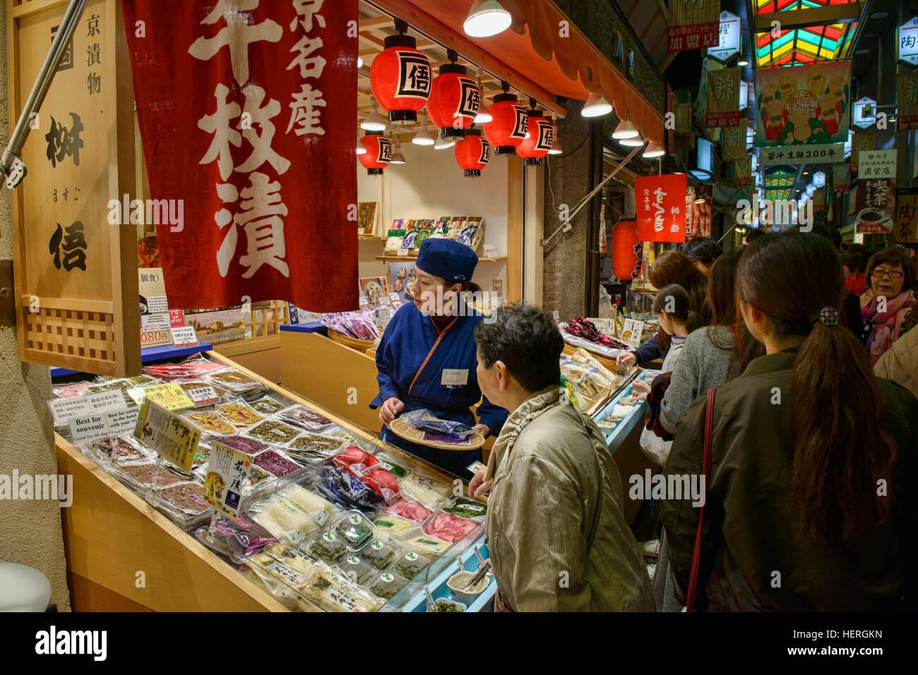 Einkaufen in Nishiki Markt, Kyoto, Japan Stockbild