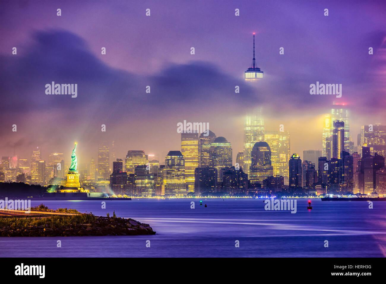 Skyline von New York City in einer nebligen Nacht. Stockbild
