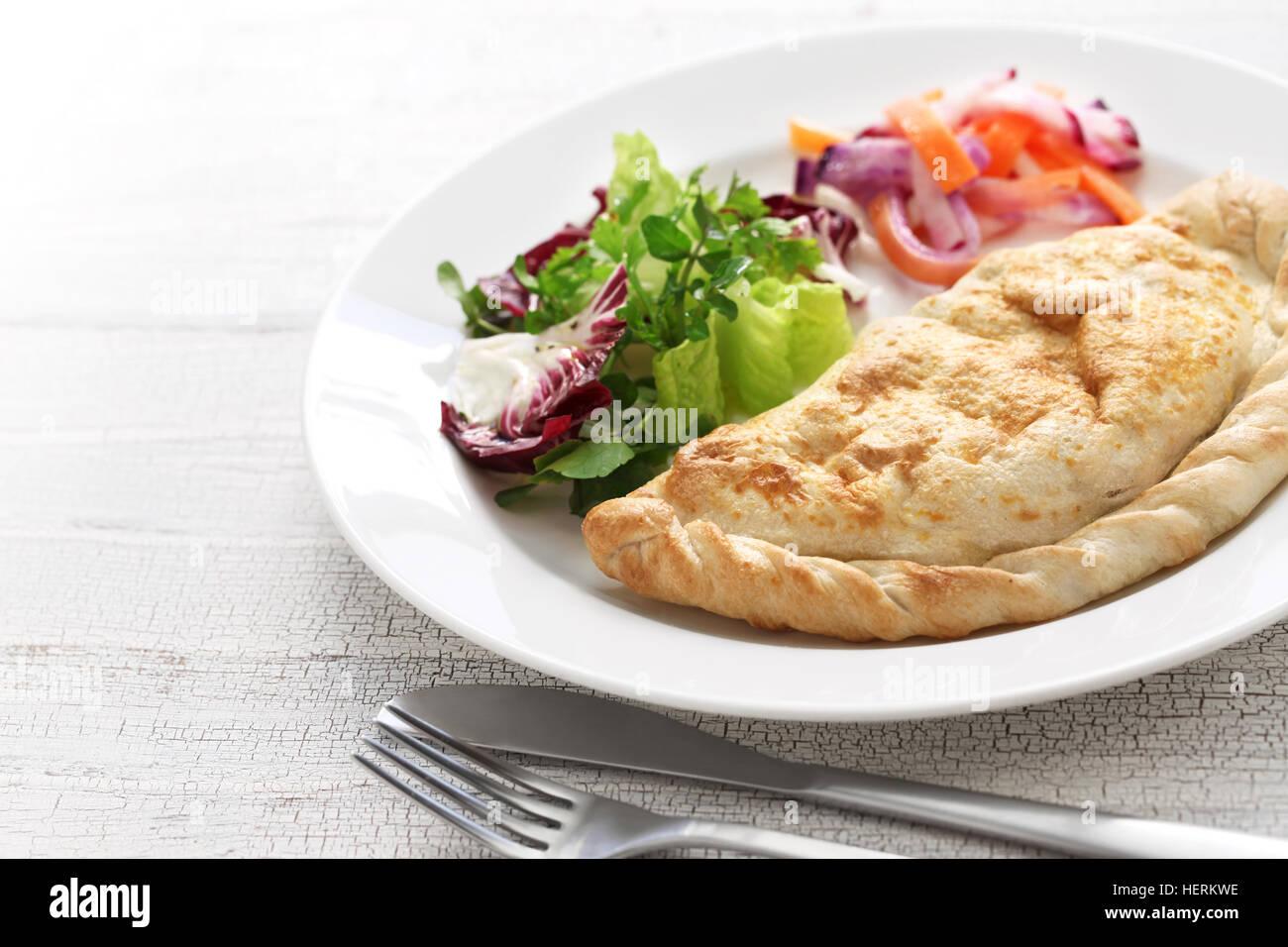 Calzone, gefalteten gefüllte Pizza, italienische Küche Stockbild