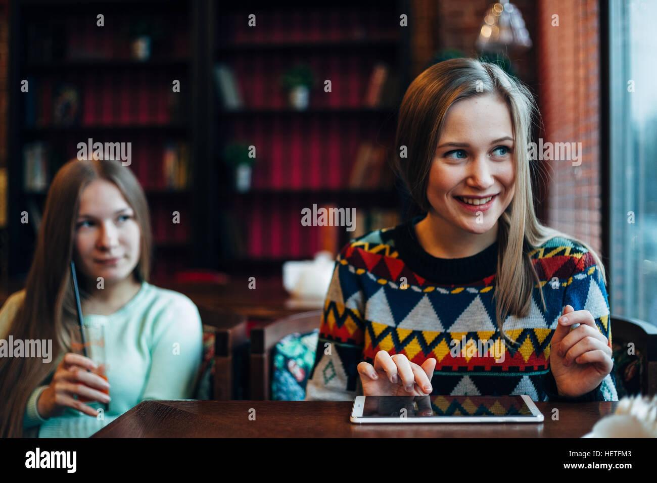 Freundinnen in ein Café zu kommunizieren Stockfoto