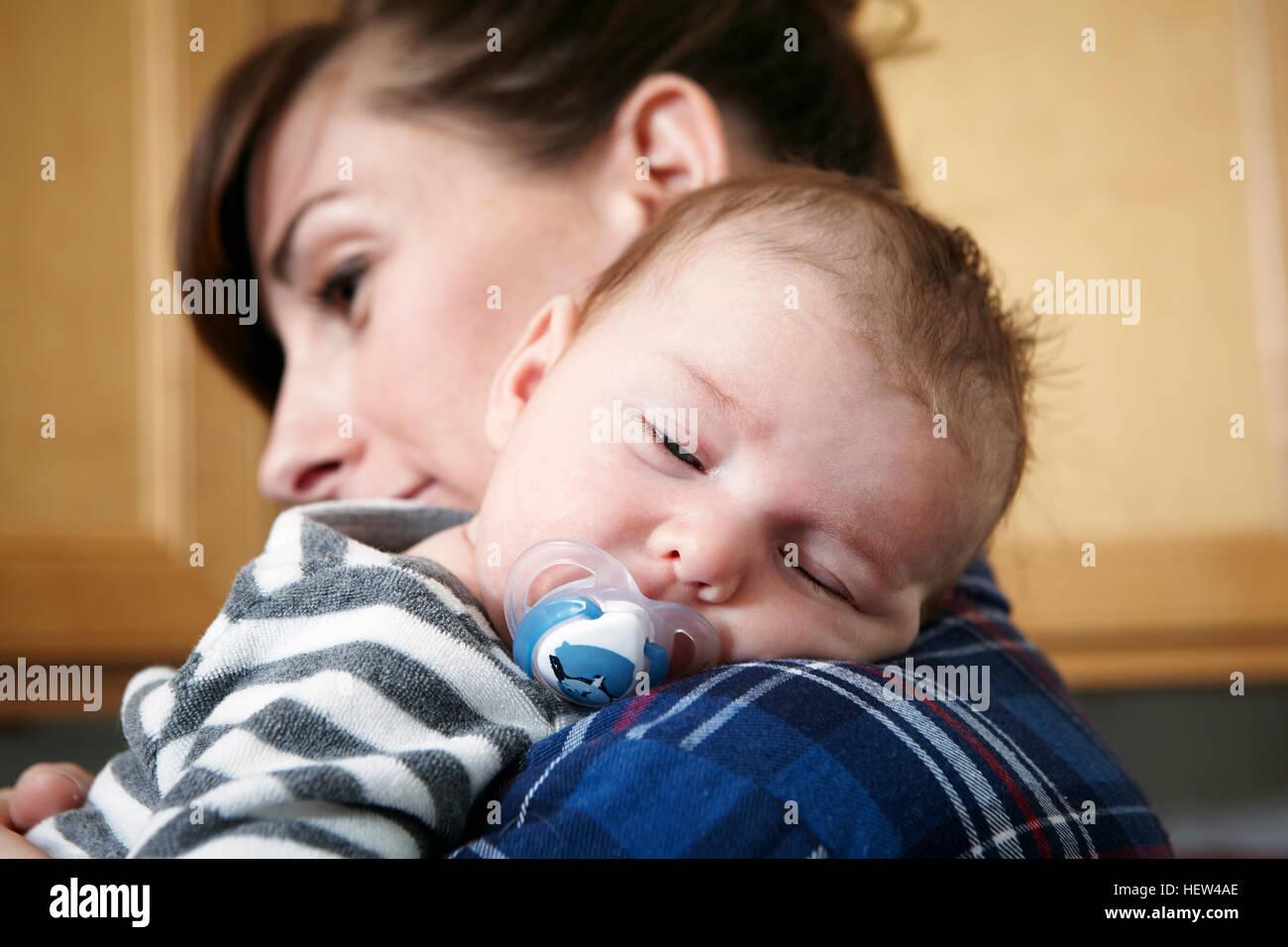 Mutter hält schlafenden Baby boy Stockbild