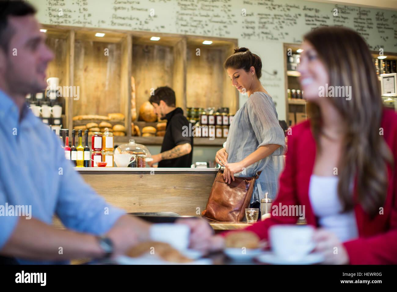 Paar sprechen in belebten café Stockbild