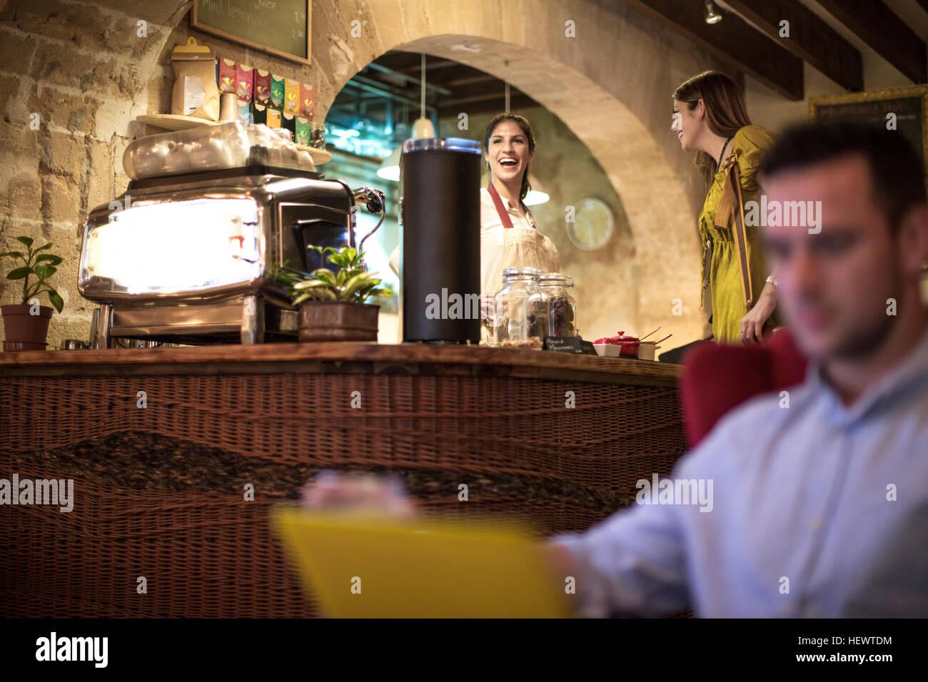 Mann mit Laptop im restaurant Stockbild