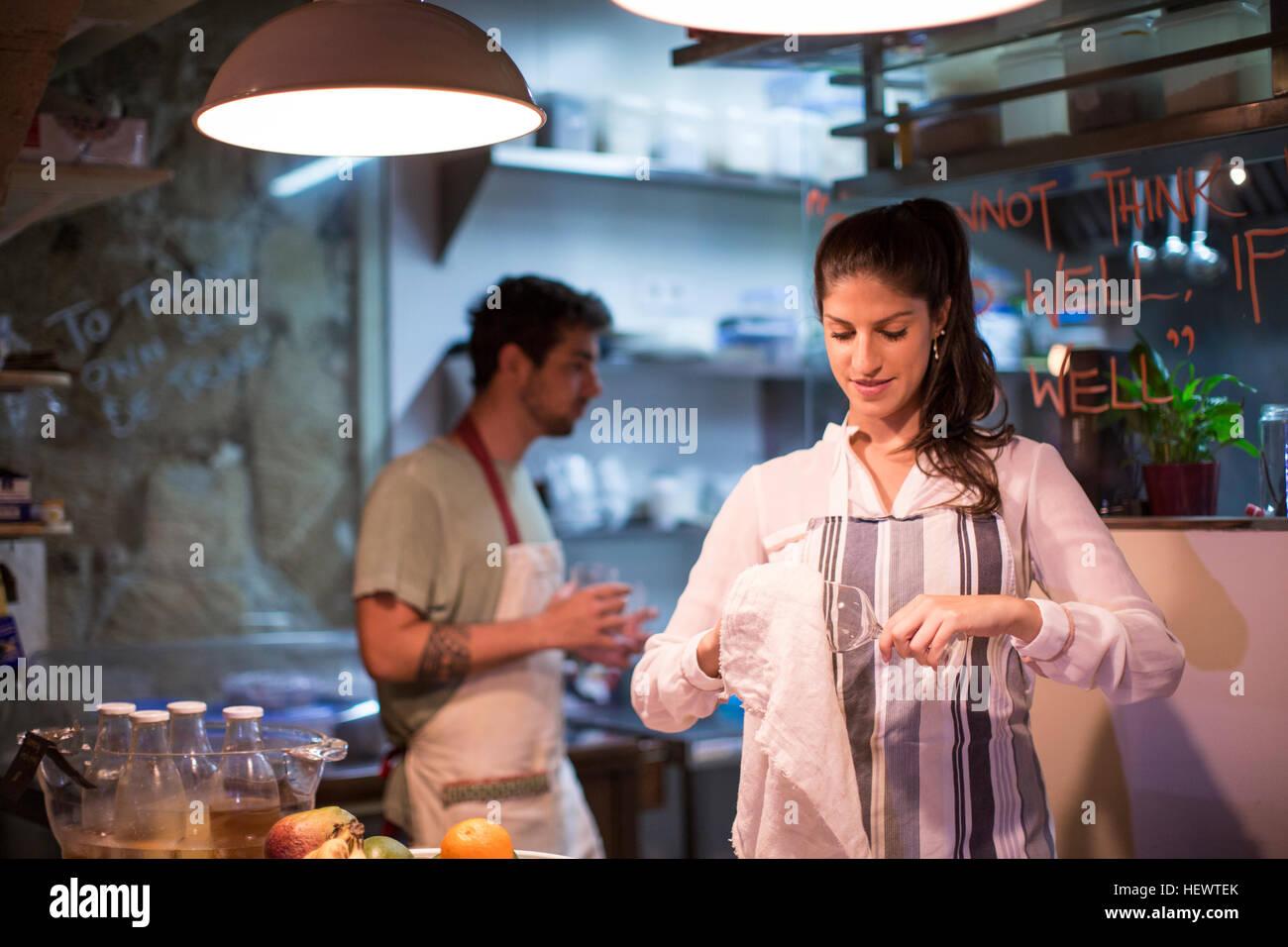 Restaurantbesitzer in Küche Stockbild
