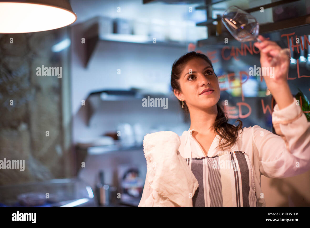 Restaurant Besitzer überprüfen Wein Glas in der Küche Stockfoto