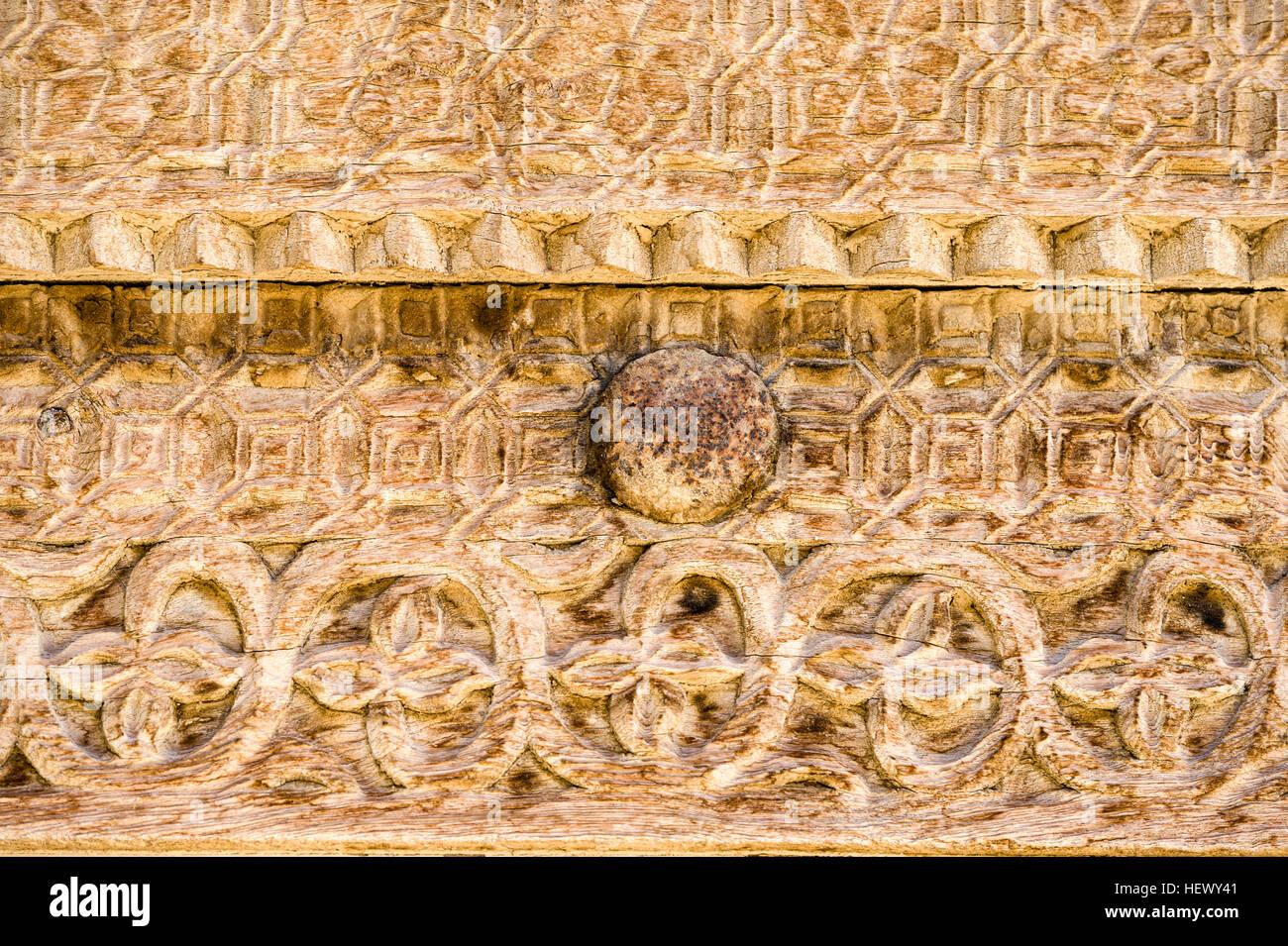 Kunstvolle Schnitzereien in Holz-Türrahmen eines Hauses in einem ...