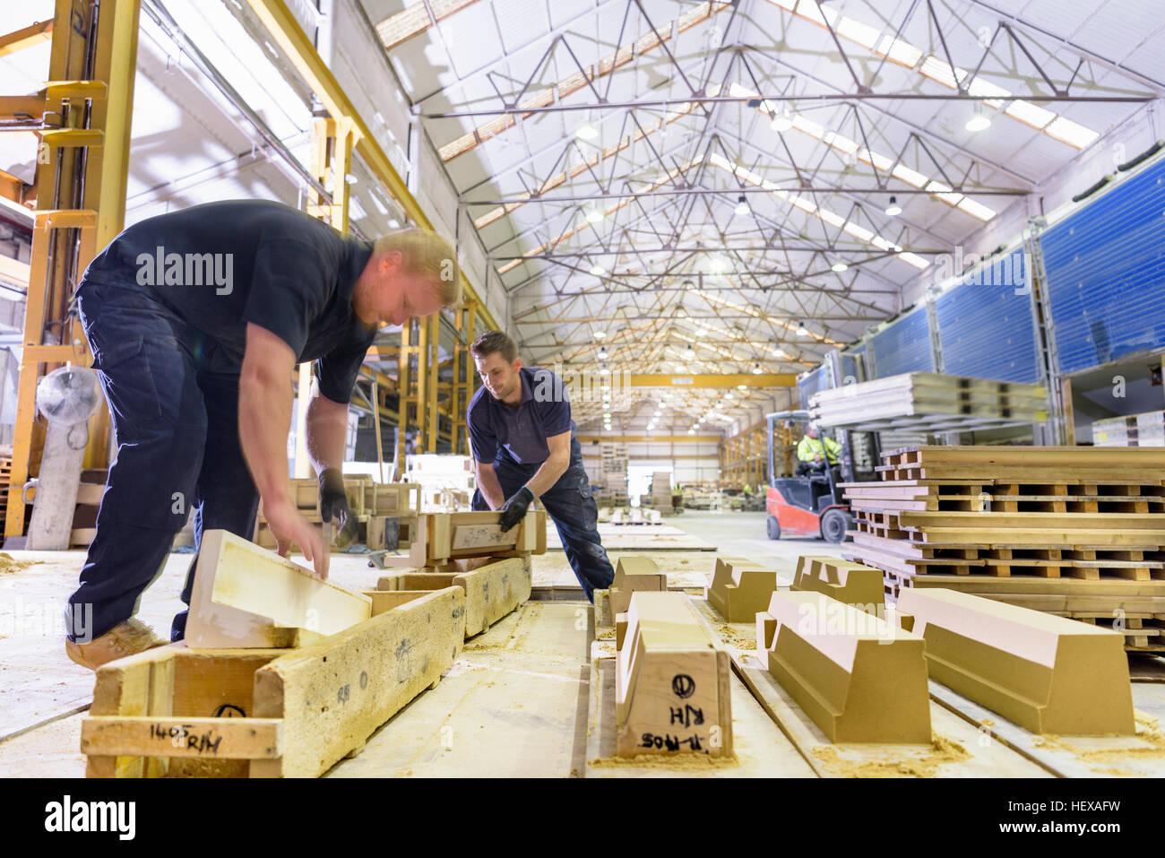 Arbeiter Guß Stein in architektonischen Stein Fabrik Stockbild