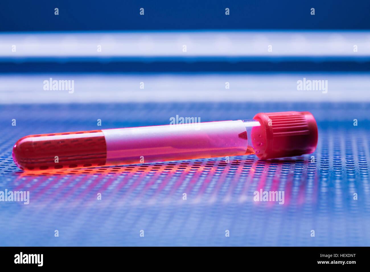 Blutprobe in der Virologie-Tube. Stockbild