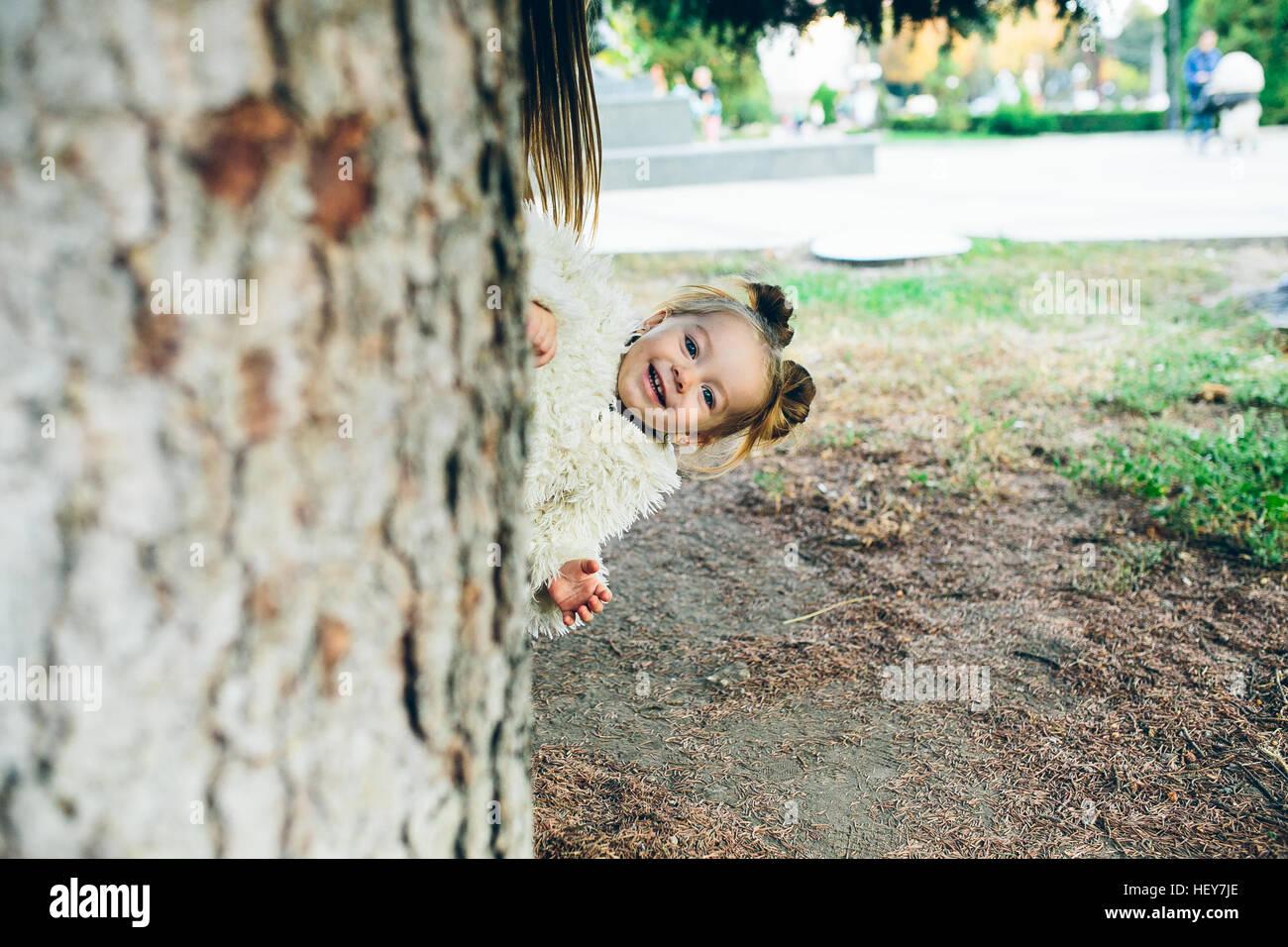 Niedliche kleine Mädchen spielt im freien Stockfoto