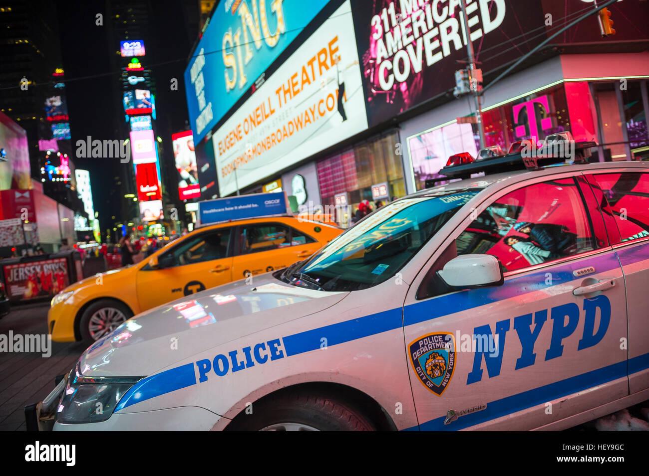 NEW YORK CITY - 23. Dezember 2016: NYPD Polizeiauto stationiert auf dem Times Square, als die Stadt bereitet sich Stockbild