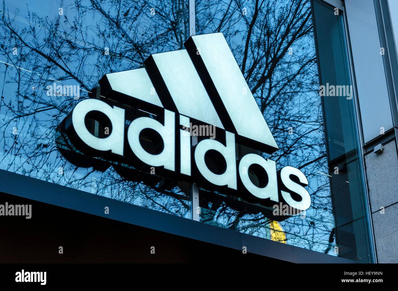 Adidas-Logo außen Store, Berlin, Deutschland Stockfoto