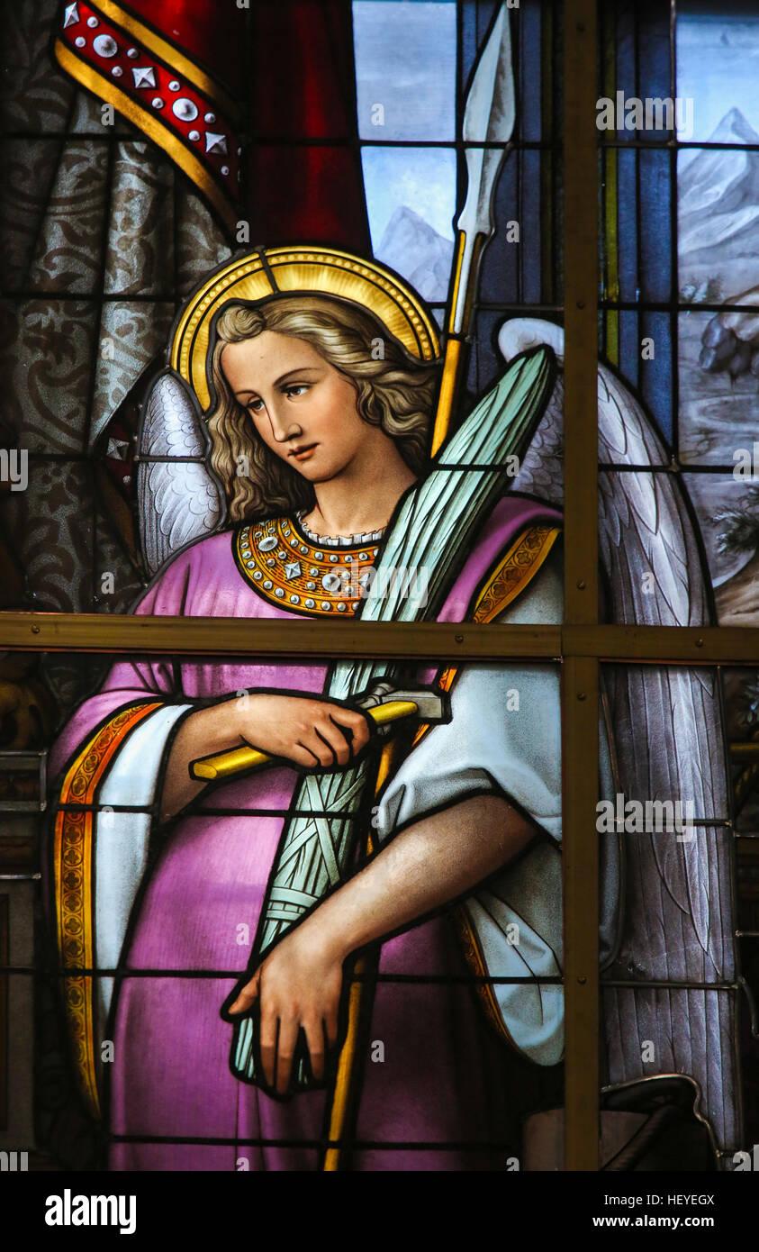 Glasmalerei in Saint Nicholas Church, Gent, Belgien, zeigt eine Allegorie auf das Leiden Jesu, ein Engel hält Stockbild