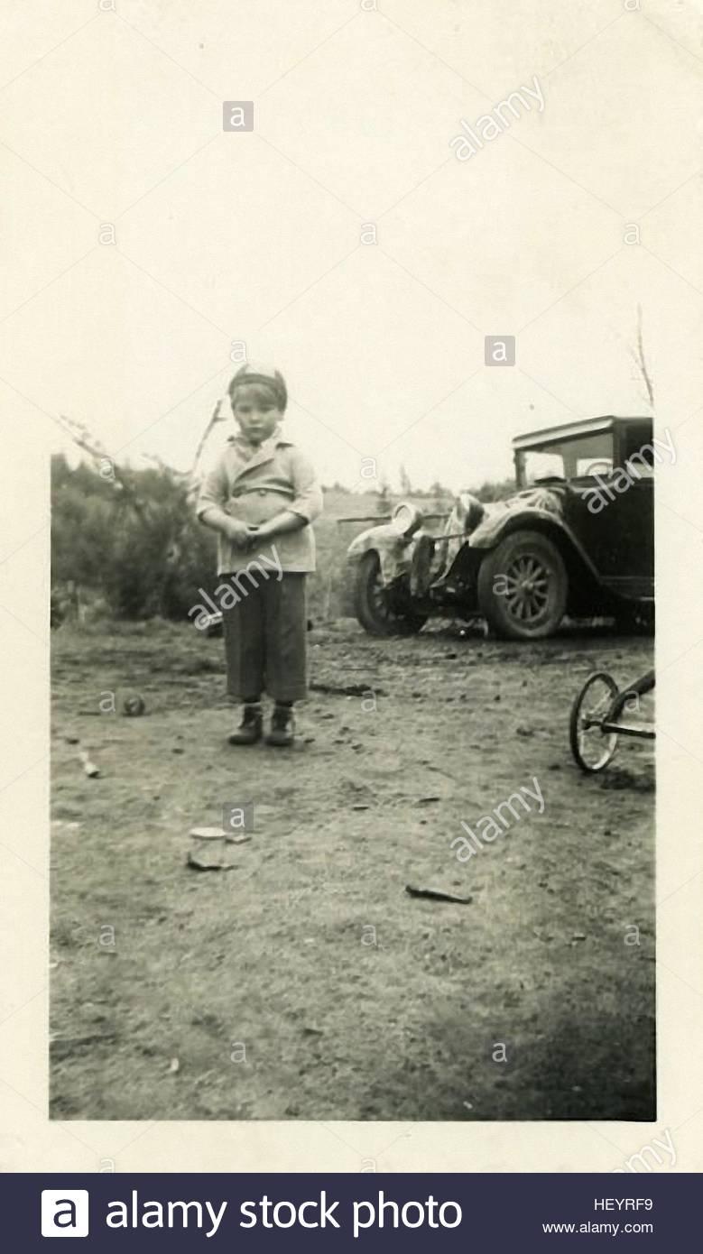 Vintage Fotografie zeigt kleine Jungs stehen in der Nähe der Oldtimers Stockbild