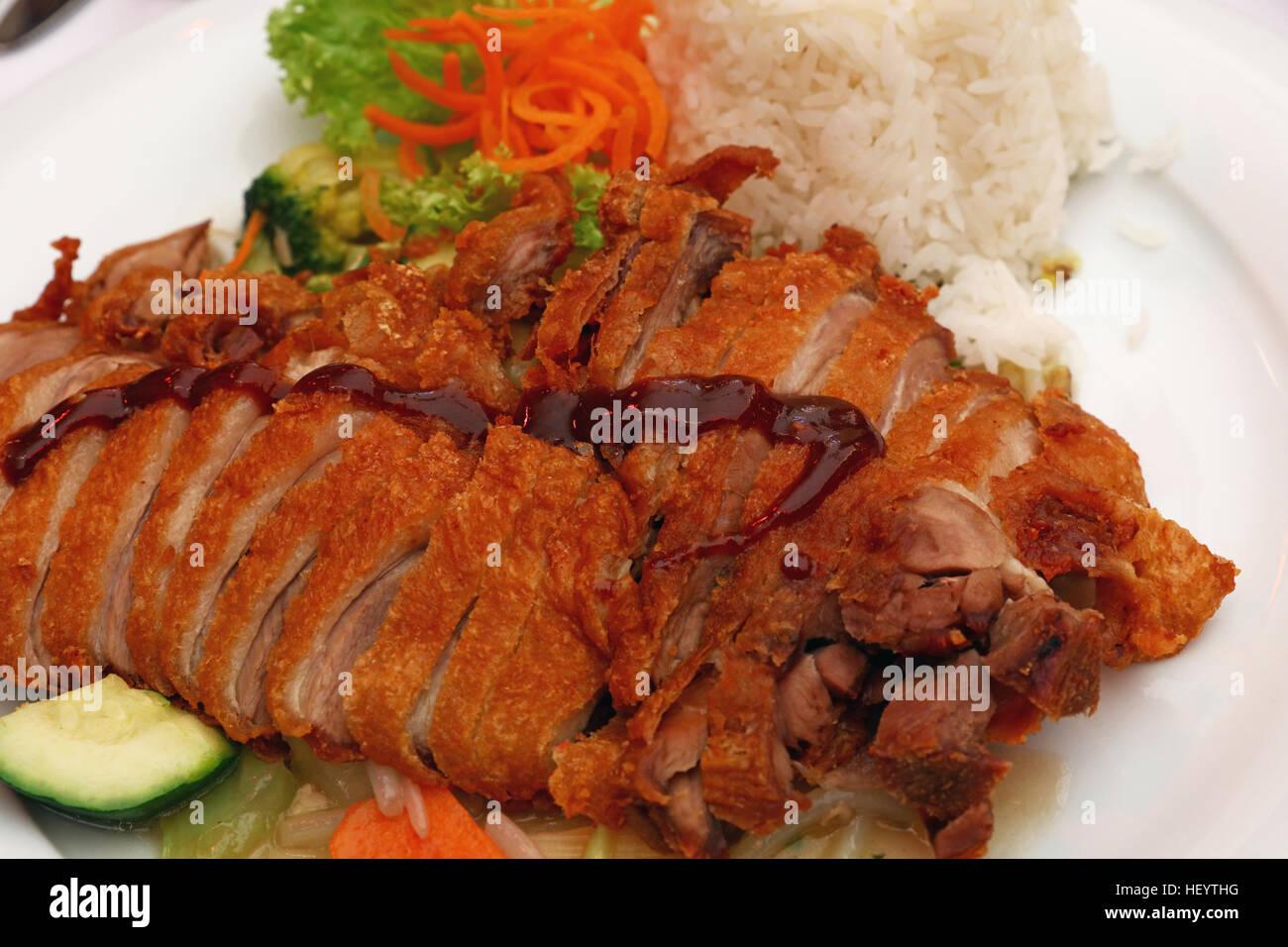 Peking-Ente Chop-Suey mit Reis und Salat aus frischer Gemüse, das ...