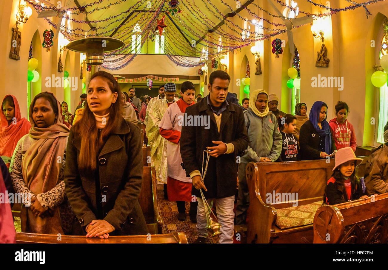 25 dezember 2016 besuchen srinagar jammu und kaschmir indien christen weihnachtsmesse in. Black Bedroom Furniture Sets. Home Design Ideas
