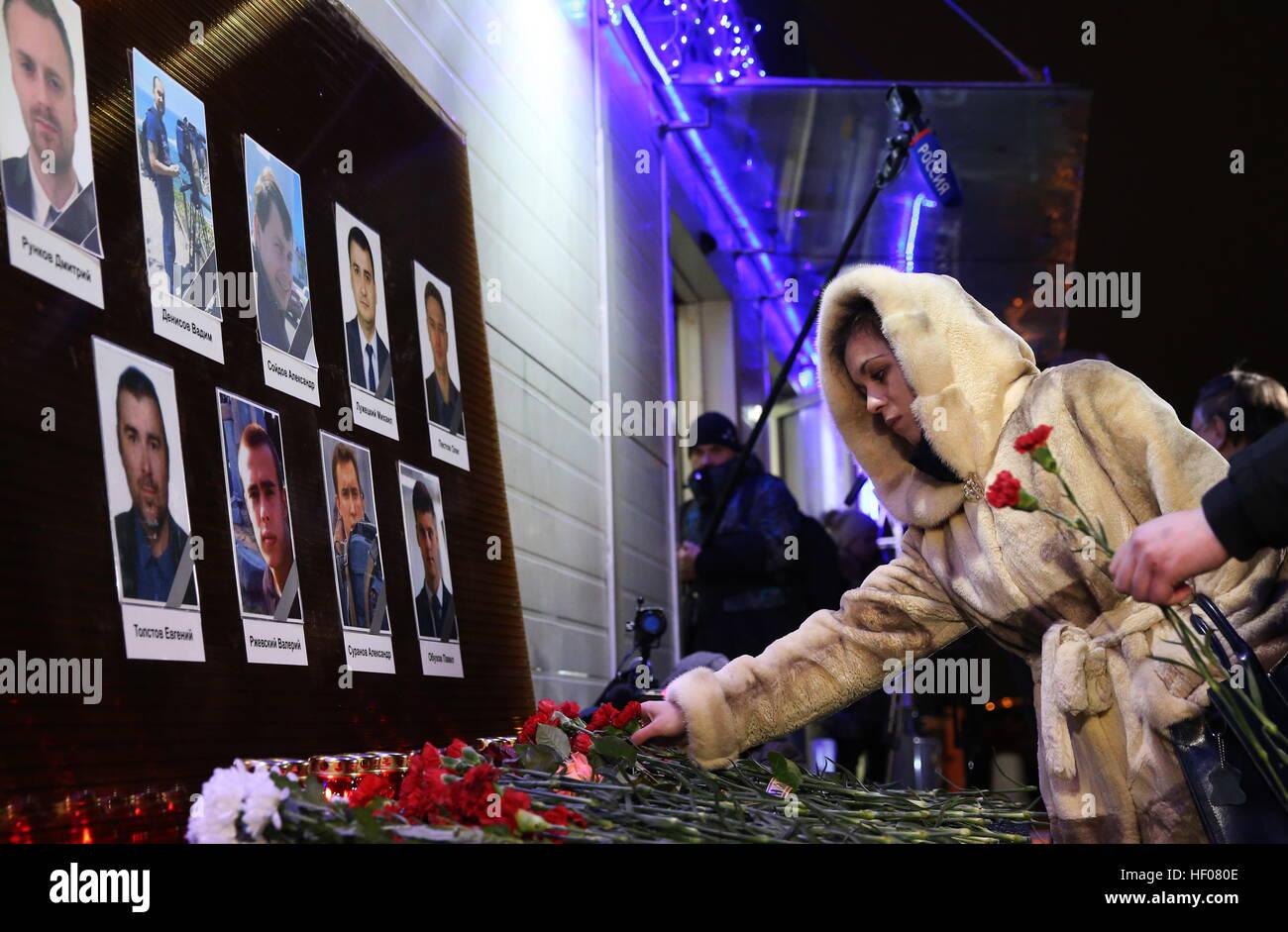 Moskau, Russland. 25. Dezember 2016. Fotos von Channel One, NTV und Zvezda TV Kanäle Journalisten getötet Stockbild