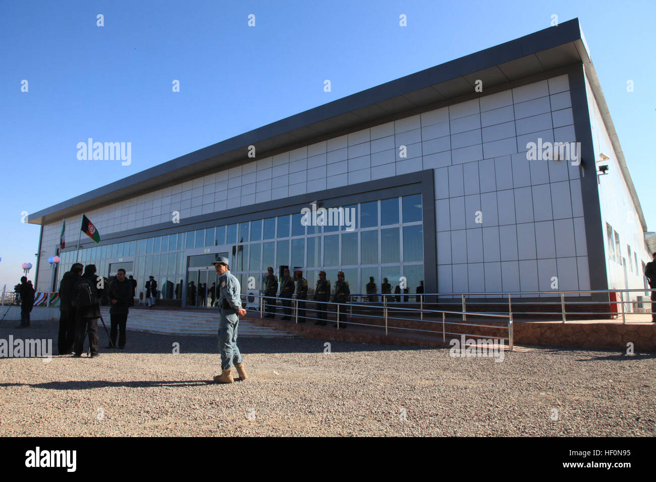 Afghanische Bürger und Mitglieder der Koalition stehen außerhalb der neu abgeschlossenen Herat International Airport Stockfoto