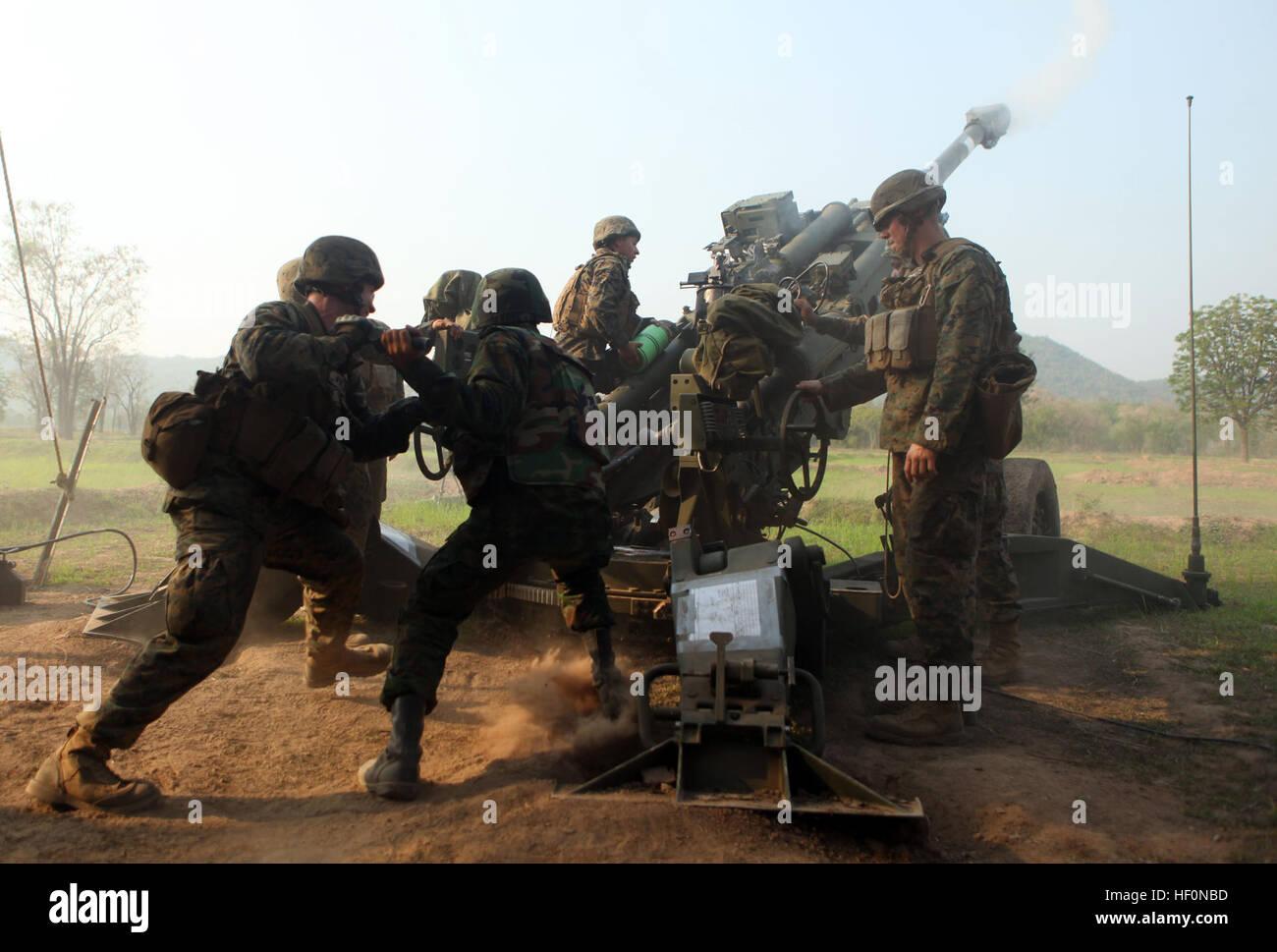 Eine Marine mit Akku L, Battalion Landing Team 1. Bataillon, 4. marinen 31. Marine Expeditionary Unit und eine Royal Stockbild