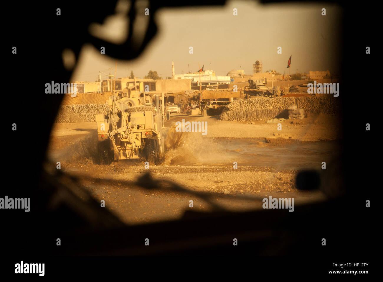 US-Marines zugewiesen Motor Transport Zug, Fox Company, 2. Bataillon, 7. Marine Regiment (2/7), eine Konvoi-Mission in der Provinz Helmand, Afghanistan, 26. November 2012 durchzuführen. Die Marines von 2/7 im Einsatz in Afghanistan zur Unterstützung der Operation Enduring Freedom. (Foto: U.S. Marine Corps CPL. Alejandro Pena/freigegeben) Motor-T Zug Konvoi 121126-M-YH552-495 Stockfoto