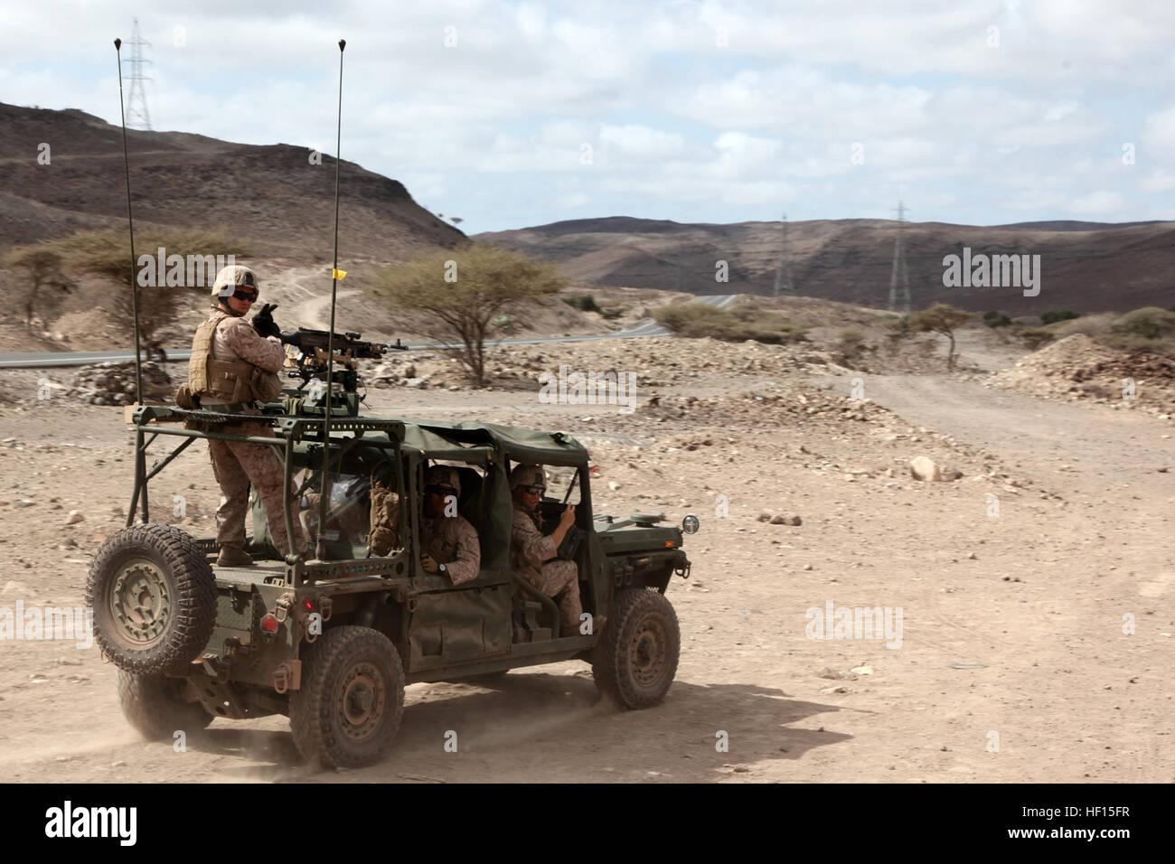 Ein leichter Schlag-Fahrzeug mit Marines mit Waffen Platoon, Kilo Company, Battalion Landing Team 3/5, Konvois 15. Stockbild