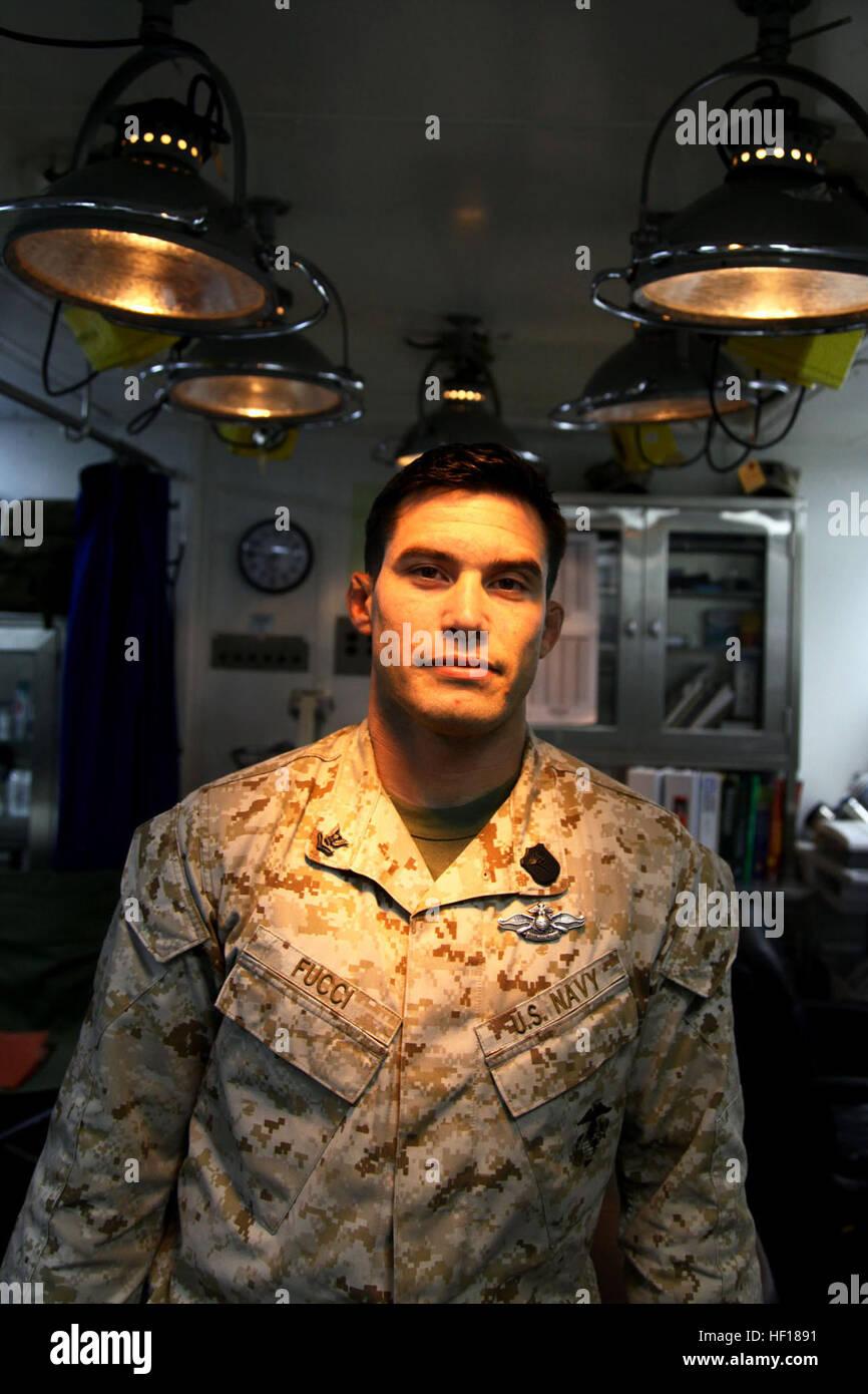 Petty Officer 2. Klasse Marcel O. Fucci, Corpsman, Health Services Ablösung, bekämpfen Logistik-Bataillon 15, 15. Stockfoto