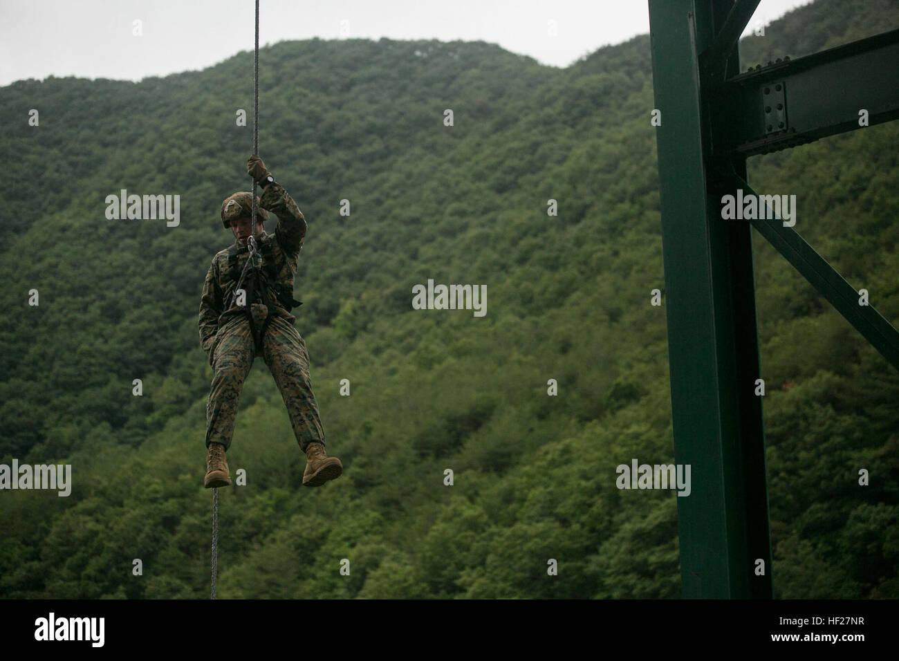 US Marine Sgt. Jeremy Buel Abseilung unten von einer Plattform 10 ...