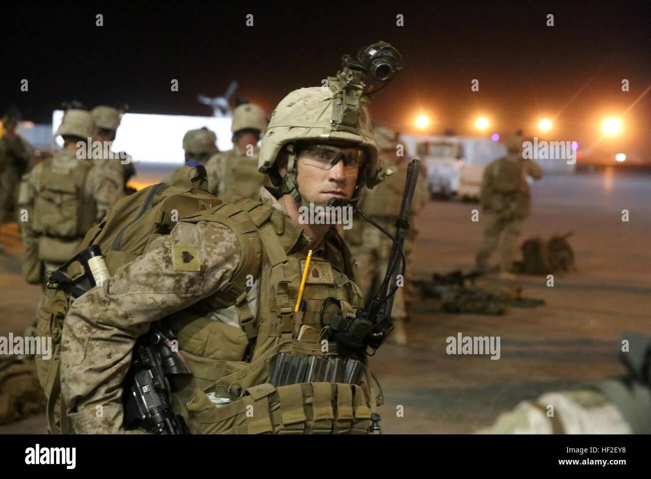 Sergeant Warren Sparks, Gruppenführer, Bravo Company, 1. Bataillon, 7. Marineregiment, bereitet seine Ausrüstung Stockbild