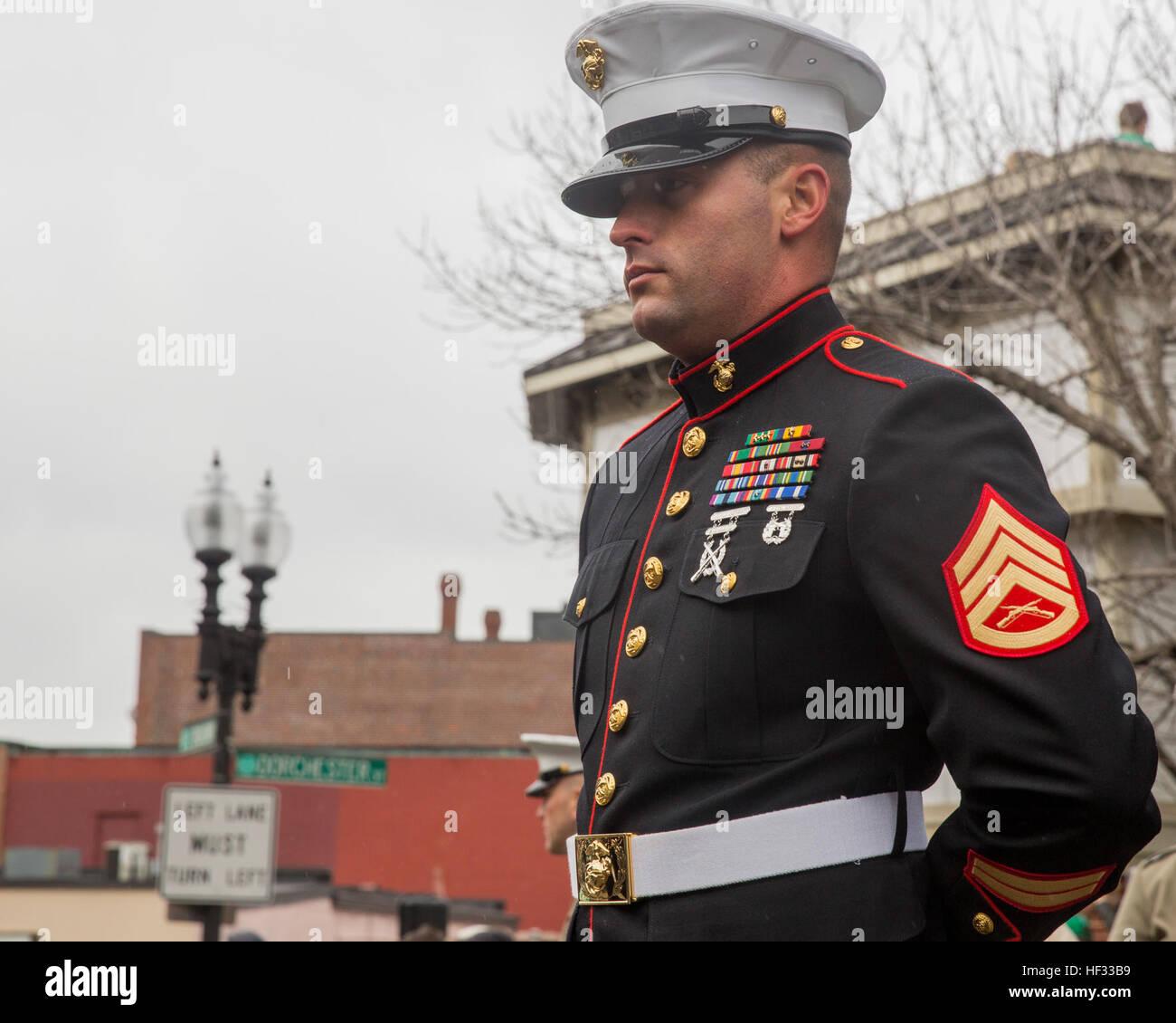 Staff Sgt Joshua Stanton steht wohl beim Führen einer Formation der Marines mit Spezial-Marine Air-Ground Task Stockbild
