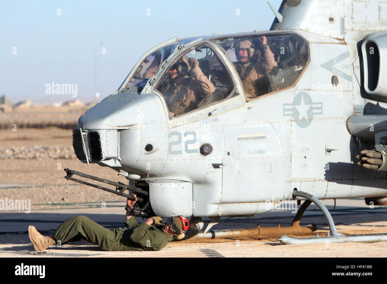 CAMP DWYER, Provinz Helmand, Islamische Republik Afghanistan ? ein Kampfmittel Marine mit Marine Light Attack Helicopter Stockbild