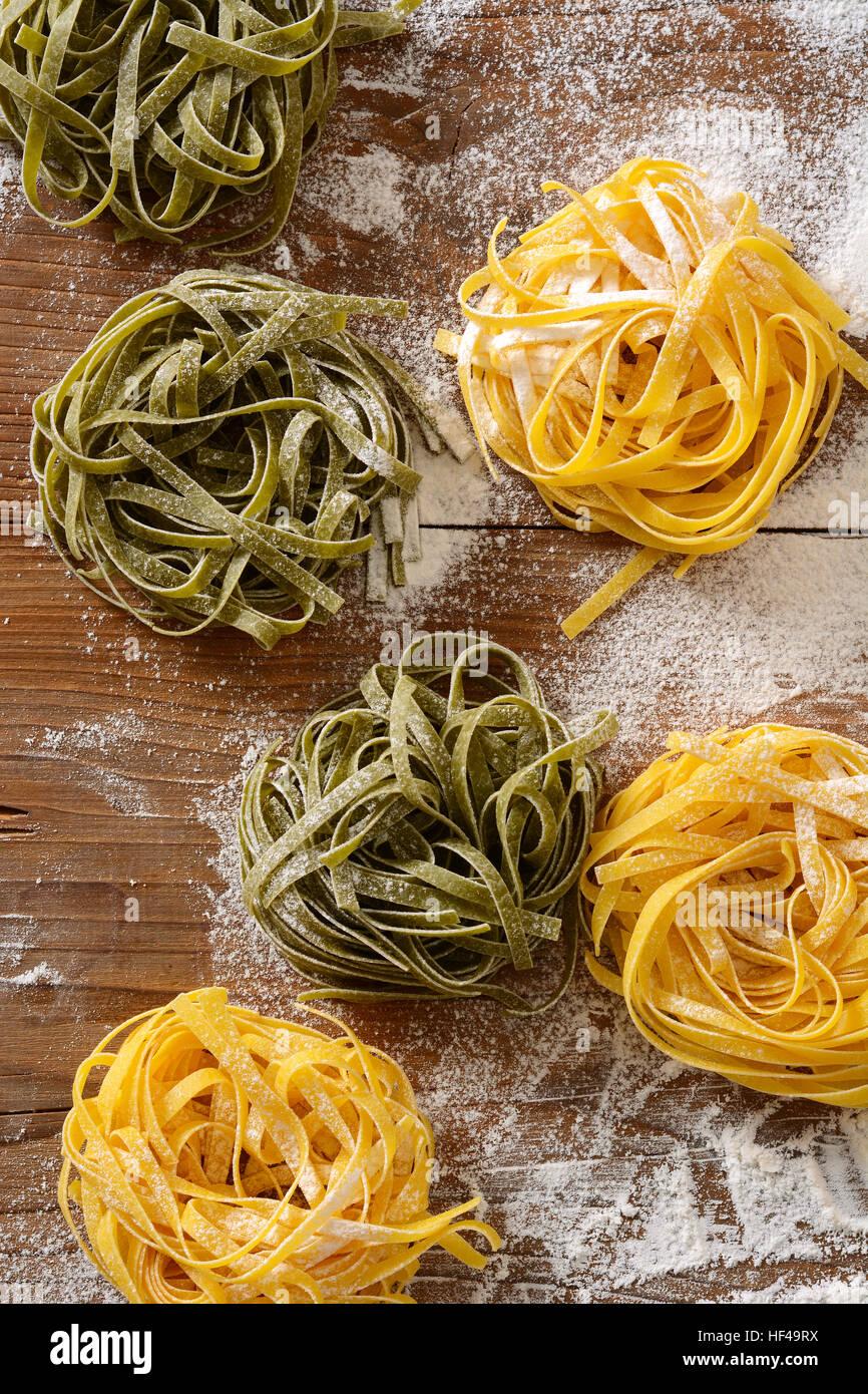 Ei-Nudeln auf dem Tisch - traditionelle italienische Küche Stockbild