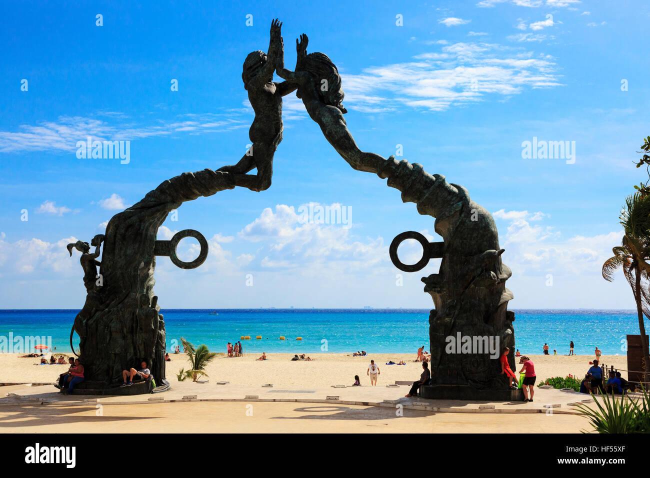 Eingang zum Strand von Playa Del Carmen mit Symbolen aus der alten Maya-Kultur, Riviera Maya, Mexiko Stockbild
