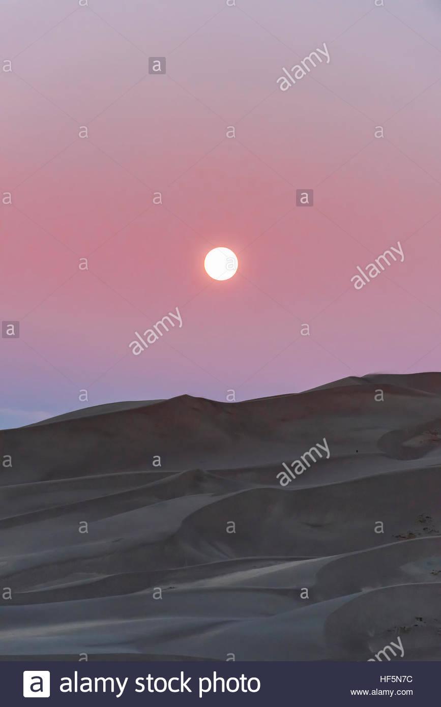 Der Vollmond über 750 Fuß hohen Sanddünen, Great Sand Dunes National Park and Preserve, in der Nähe Stockbild
