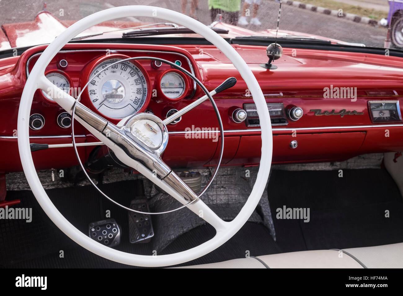 Armaturenbrett oldtimer  Lenkrad und Armaturenbrett ein 1950er Jahre Chevrolet Belair, alte ...
