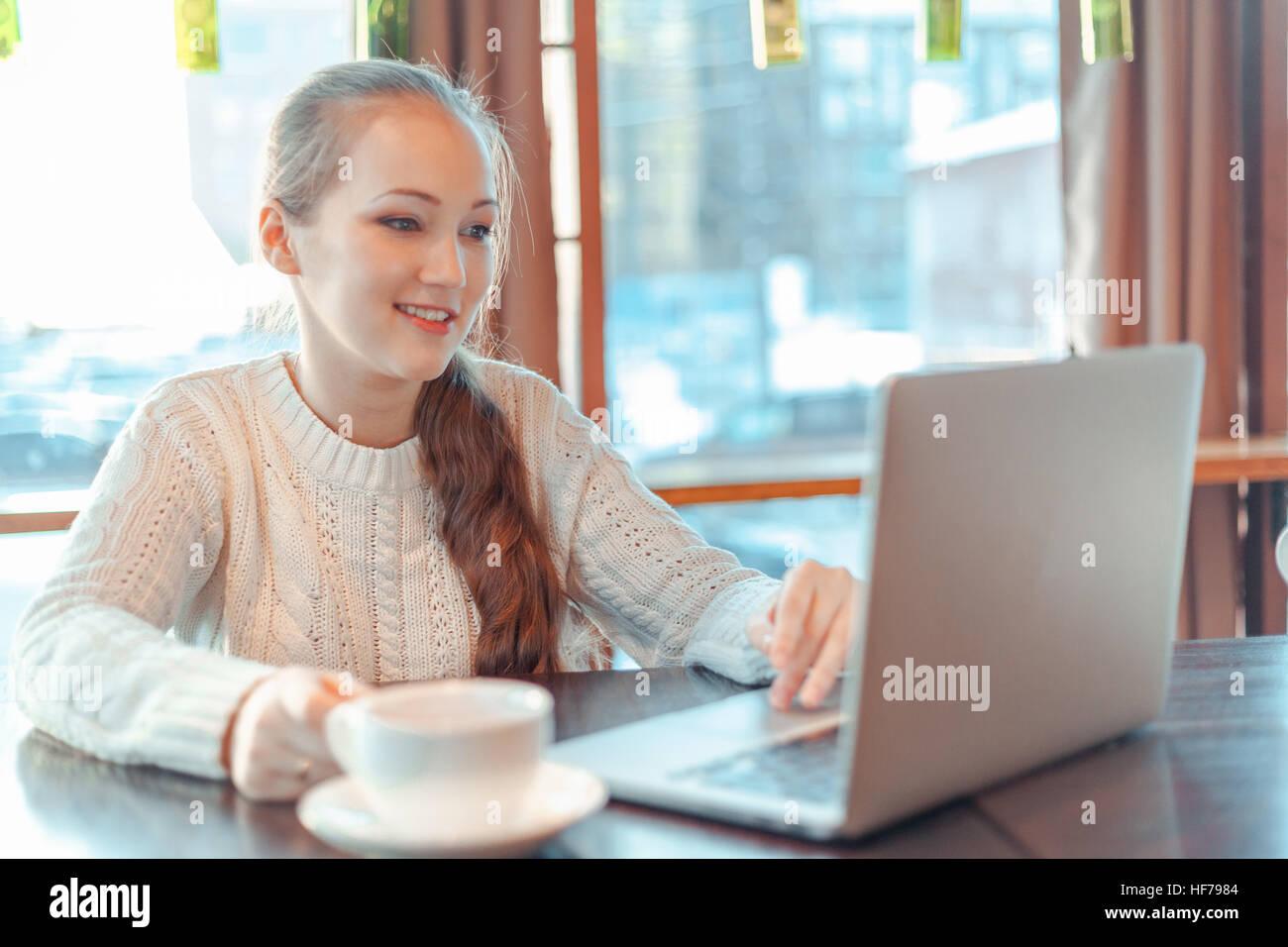 Frau auf laptop Stockbild