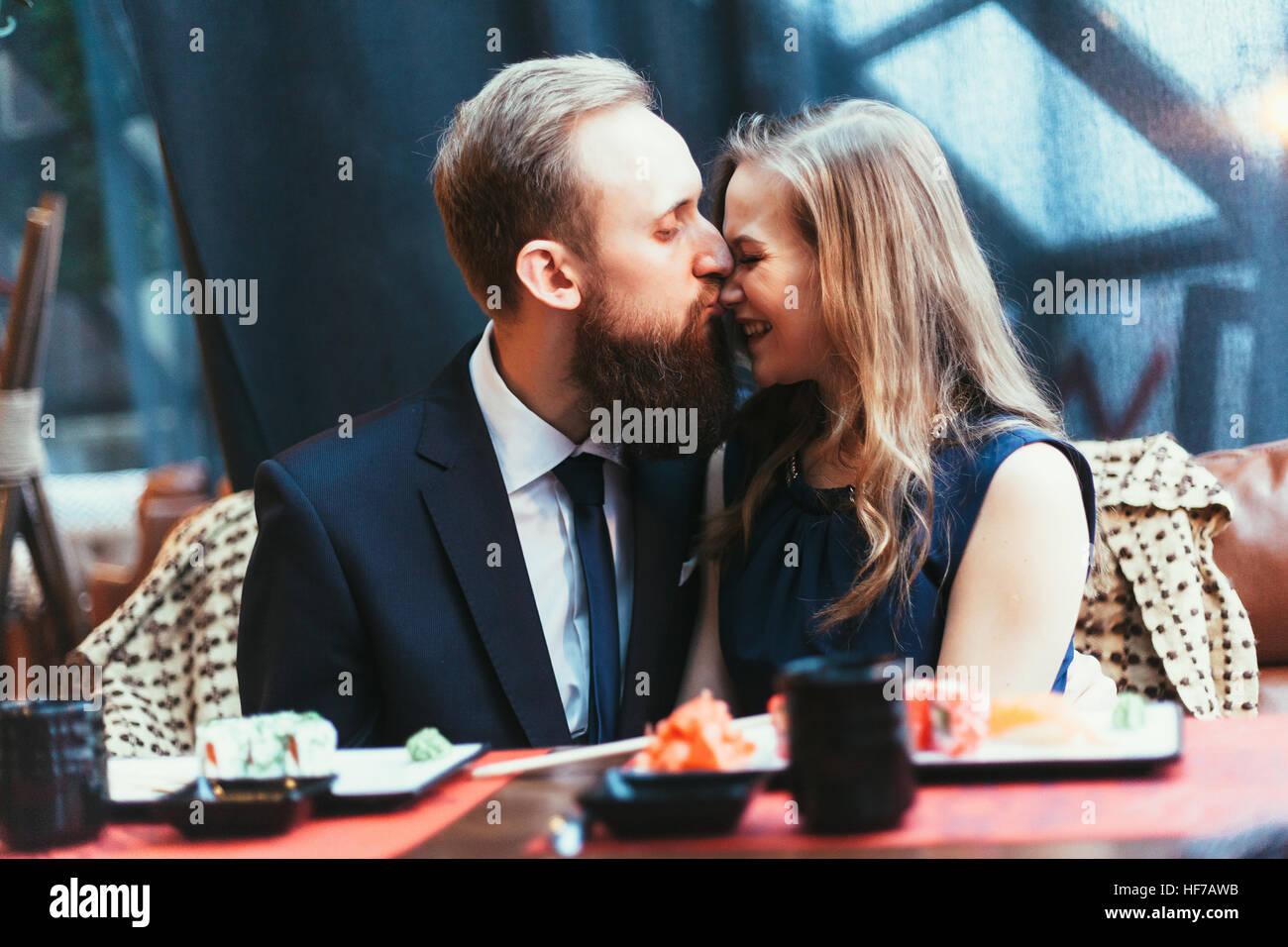 Liebespaar in einem restaurant Stockbild