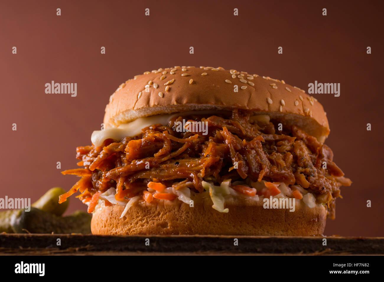 Heroische Schuss eines BBQ Schweinefleisch gezogen Sandwich Stockbild