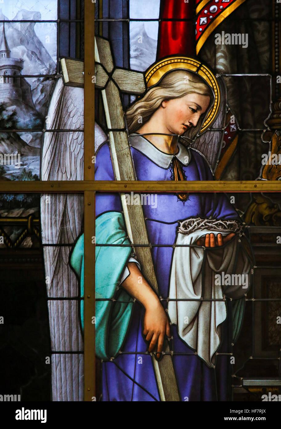 Glasmalerei in Saint Nicholas Church, Gent, Belgien, Darstellung und Engel hält die Arma Christi, eine Allegorie Stockbild
